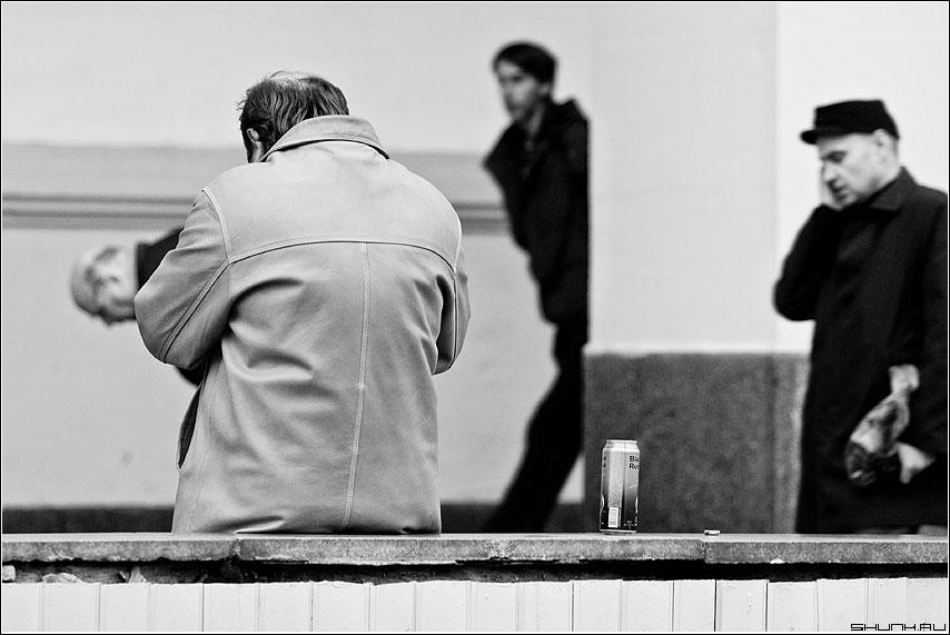 О чем то.... - черные люди черно-белая банка улица фото фотосайт