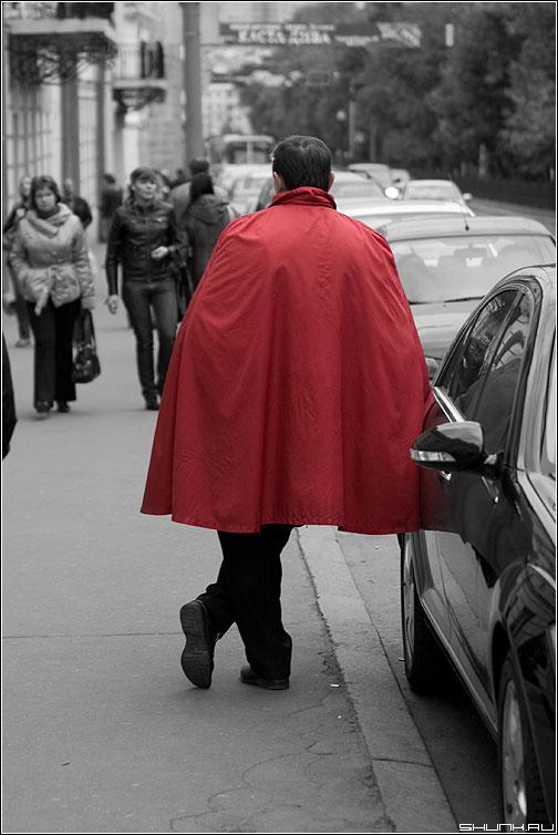 Красный плащ - человек плащ цвет колор улица авто фото фотосайт