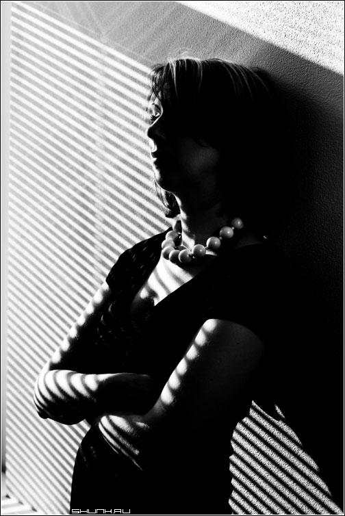 Портрет в утренних лучах - портрет полоски тени черно-белая жалюзи фото фотосайт