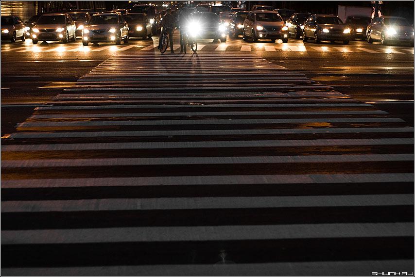 Затишье перед бурей - переход полоски ночь велосипед улица онги фары фото фотосайт