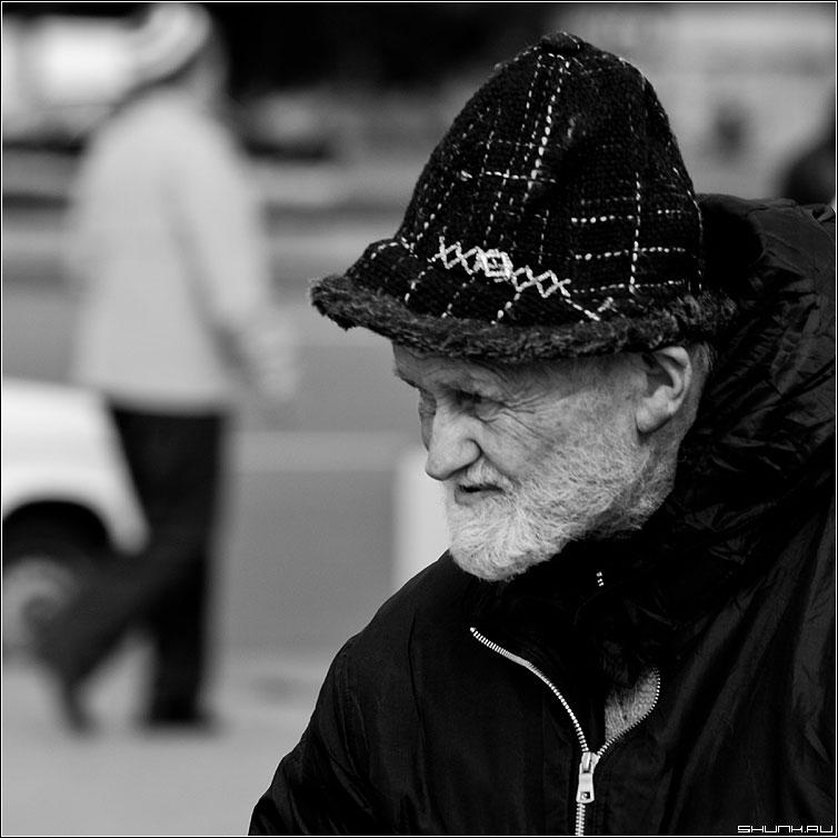Добрый волшебник - дедушка улица черно-белая квадрат фото фотосайт