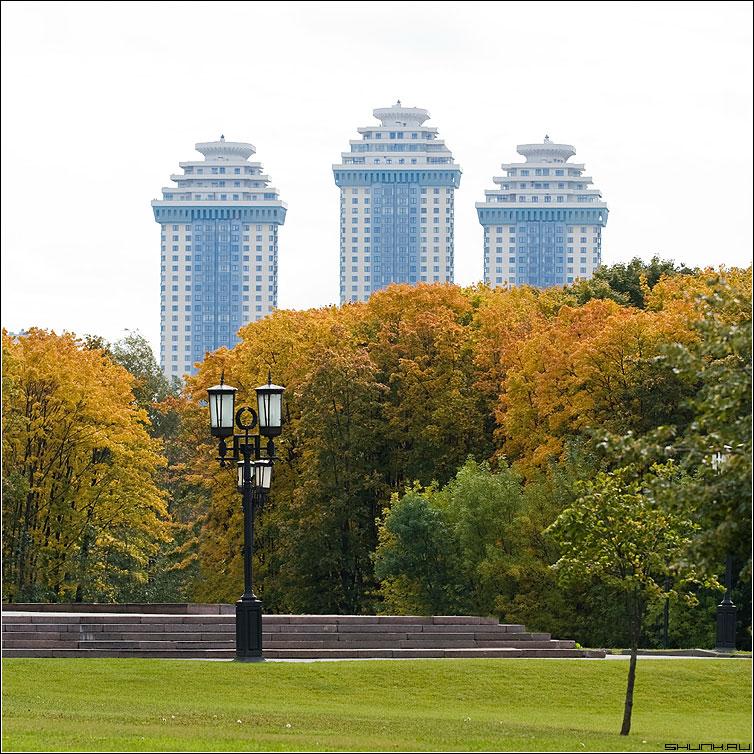 Святая троица - здания дома голубые фонарь осень цвет квадрат фото фотосайт