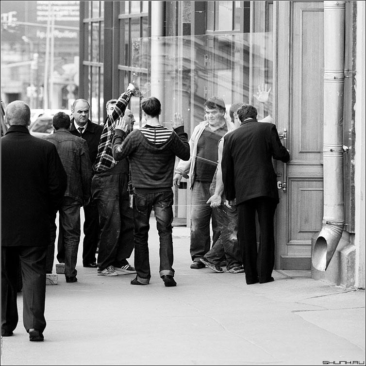 Про стекло - стекольщики стекло люди мужики черно-белые квадрат фото фотосайт
