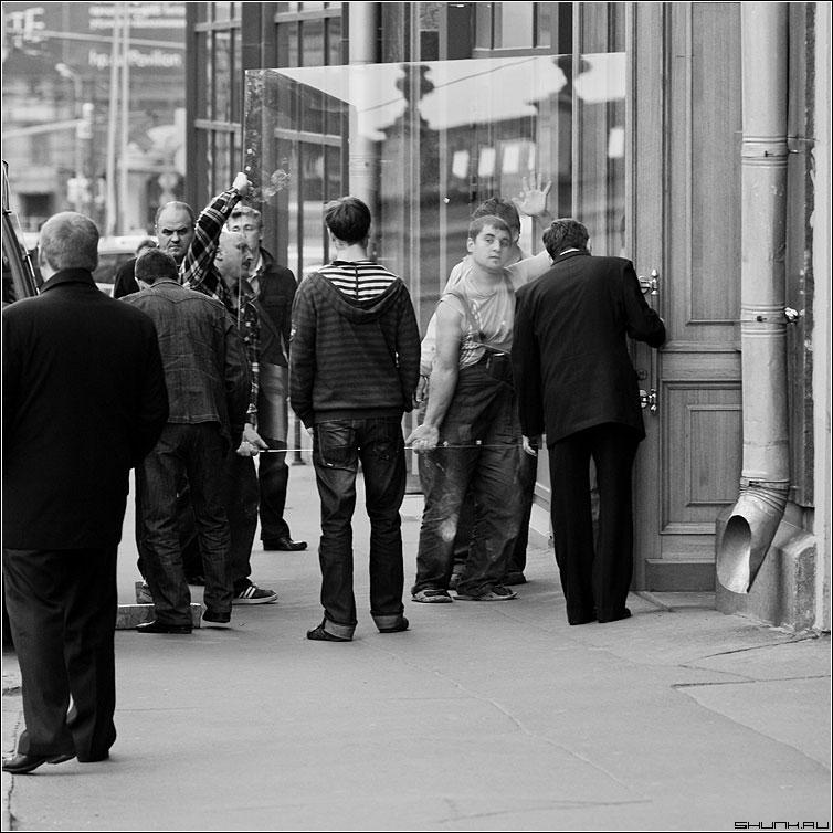 Про стекольщиков (вариант) - стекольщики стекло люди мужики черно-белые квадрат фото фотосайт