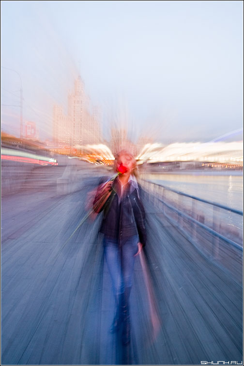 Вечернее движение - движение девушка роза линии вечер фото фотосайт