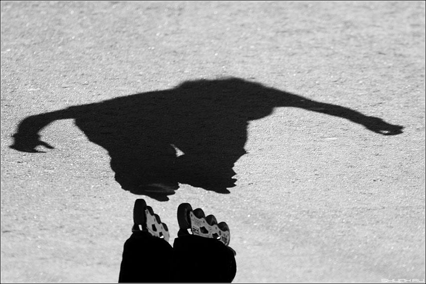 Налетела грусть... - тень руки ролики асфальт черно-белые фото фотосайт