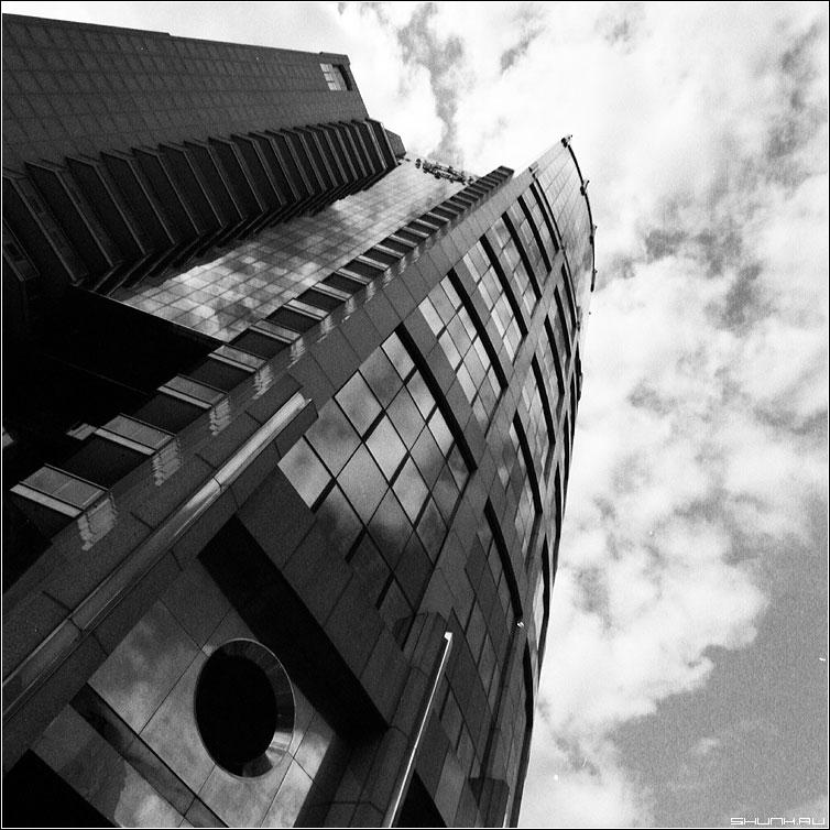 Небесно пеночный - небо здание деловой центр квадрат чёрнобелая фото фотосайт