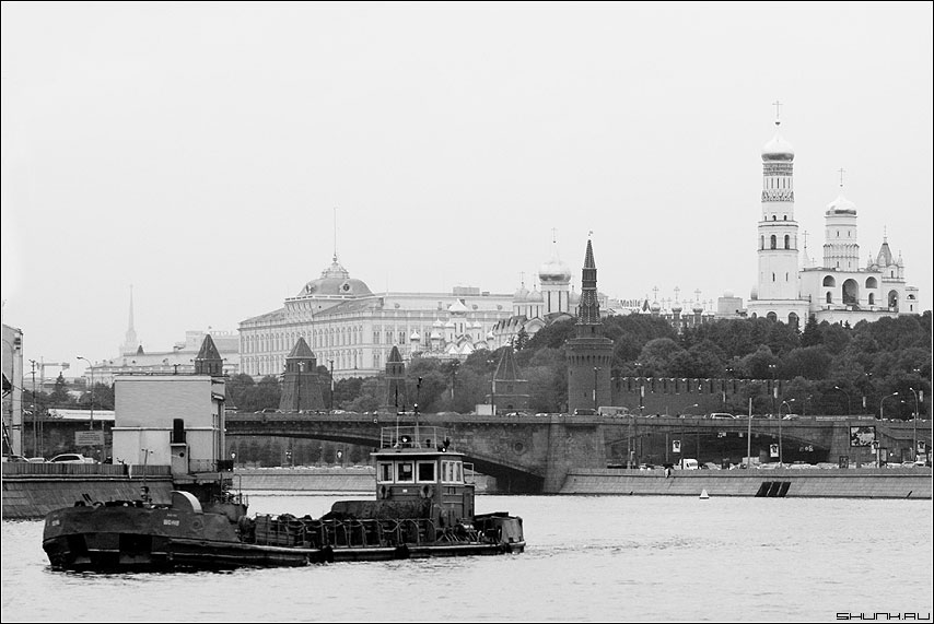 Плывет баржа - баржа река москва чёрнобелая кремль купола храм фото фотосайт