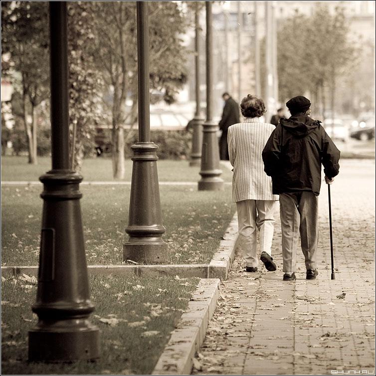 Столько лет вместе... - старики парк столбы фонари aged пара фото фотосайт