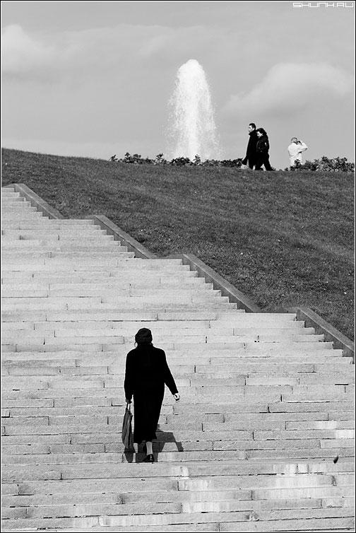 Про человека в белом плаще - ступени чёрнобелая бабушка композиция фото фотосайт