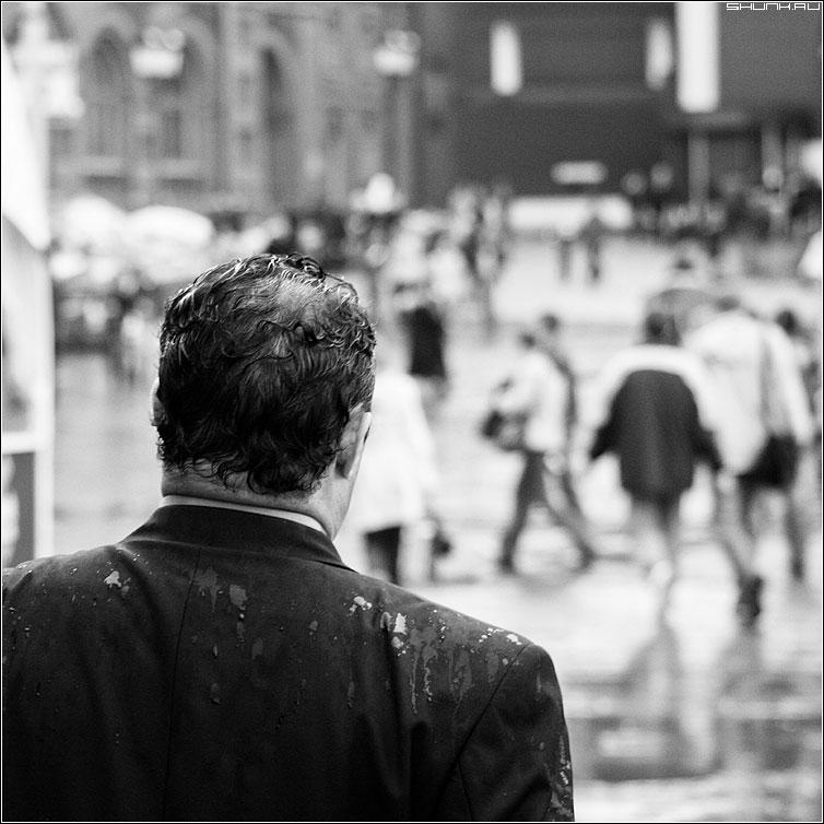 Внезапный дождь - чёрнобелая квадрат пиджак мужик дождь манежко фото фотосайт