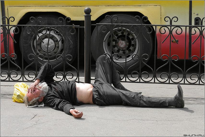 Колёса любви едут прямо по нам - бомж улица колеса автобус асфальт пакет забор фото фотосайт