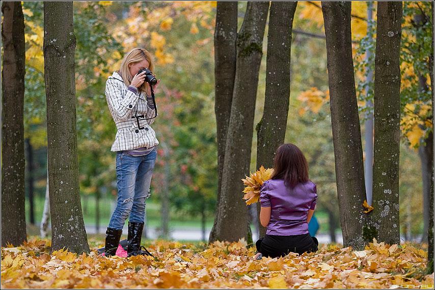 Фото с осенним букетом - девушка девушки осень листва парк поклона деревья фотолюди фотоаппарат парочка фото фотосайт