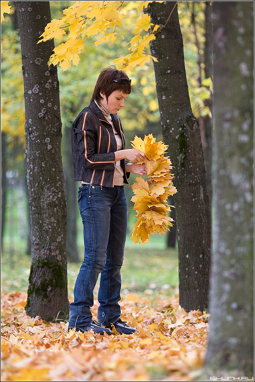 Осенний венок - осень листья листва венок девушка деревья фото фотосайт