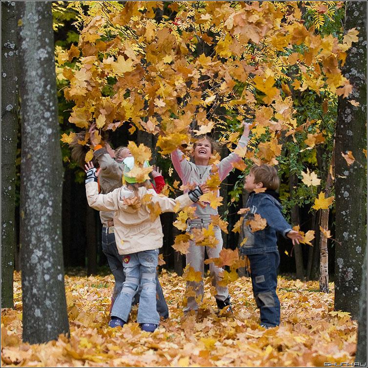 Листопад II - листопад дети осень листья листва парк радость счастье фото фотосайт