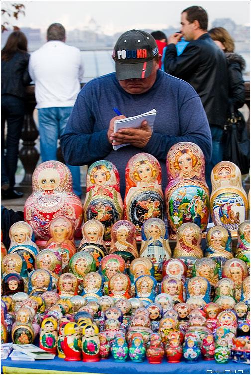 Сказка о пропавшей матрешке - мужик продавец матрешки смотровая воробьевы горы фото фотосайт