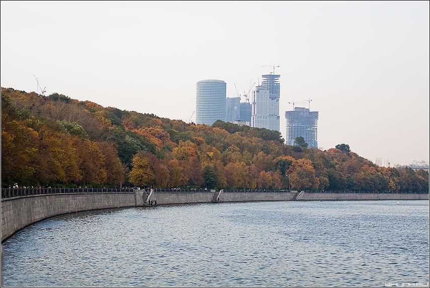 Осенний призрак - новострой москва осень набережная листва краски фото фотосайт