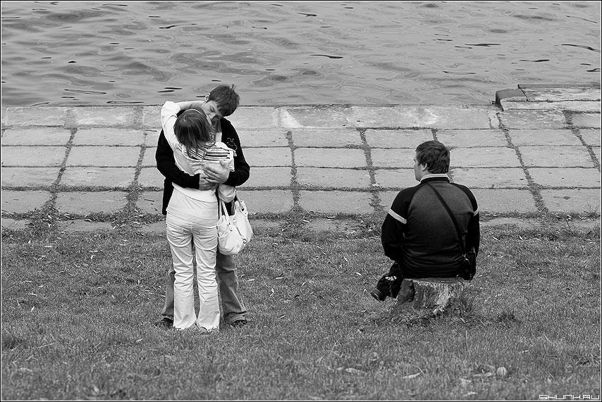 Третий должен уйти - он она третий парочка набережная чёрно-белая поцелуй фото фотосайт