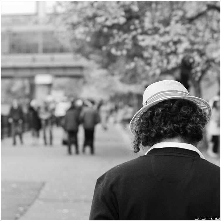 Про кудри и шляпу - мужчина волосы локоны чёрно-белая квадрат набереждая люди фото фотосайт