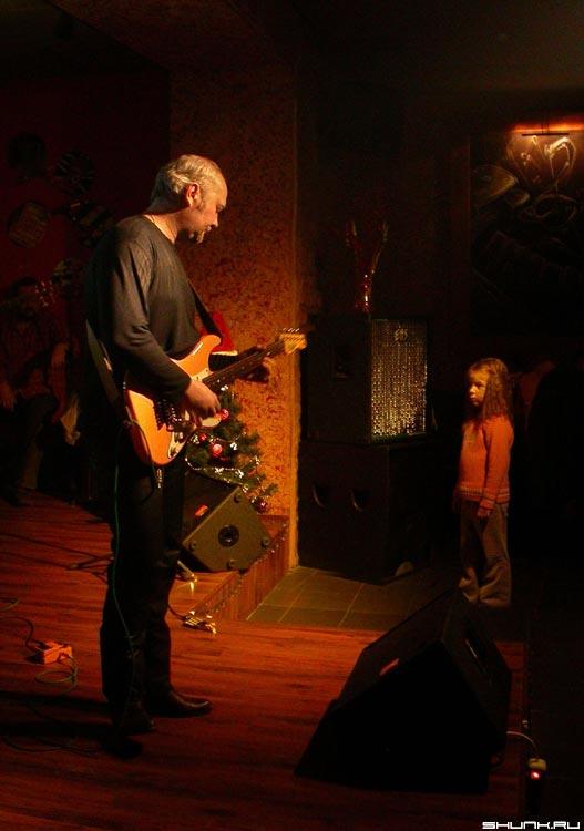 Музыкант и девочка - музыкант гитарист девочка взгляд фото фотосайт