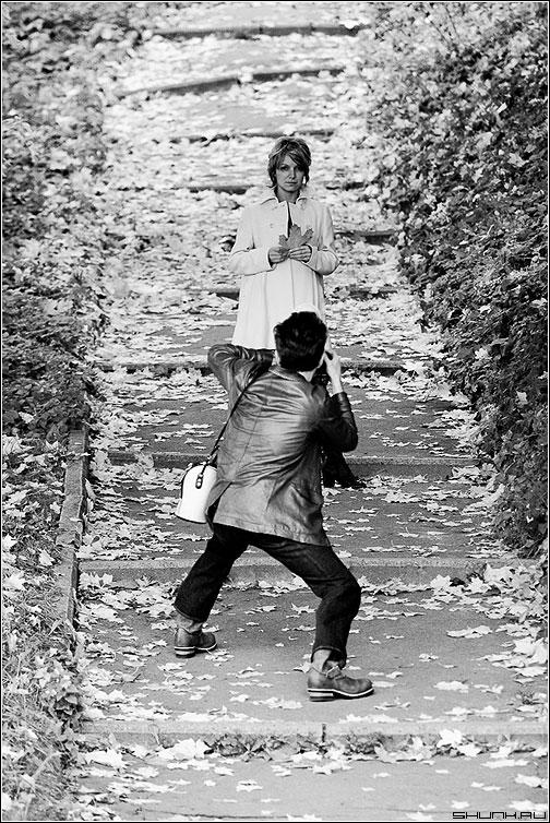 Она смотрела на меня... - фотограф осень листва ступени чёрнобелая модель фото фотосайт