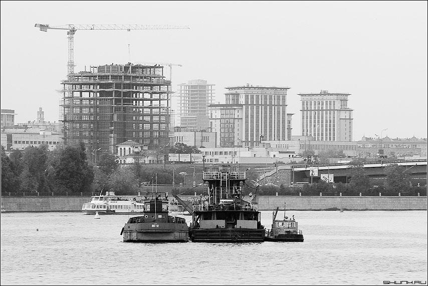 Нас мало, но мы в тельняшках... - тягач кораблик набережная стройка чёрнобелое кораблики река москва фото фотосайт