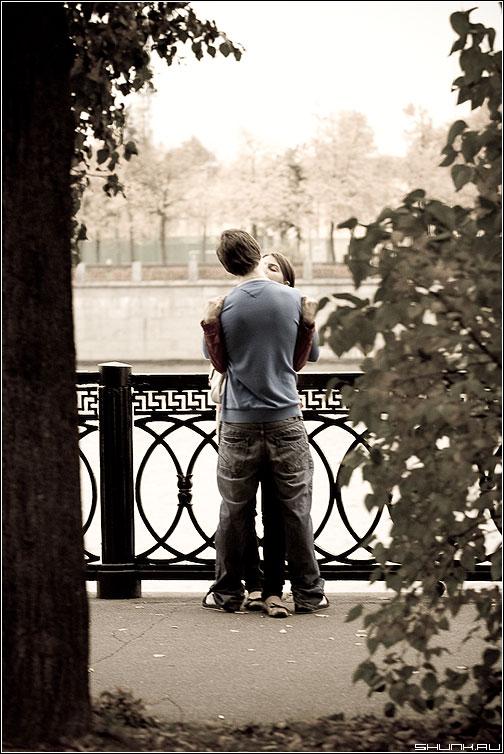 Парочка #135 - парочка он она молодость поцелуй осень набережная фото фотосайт