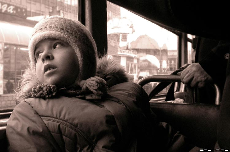 Взгляд - ребенок трамвай город b&w фото фотосайт