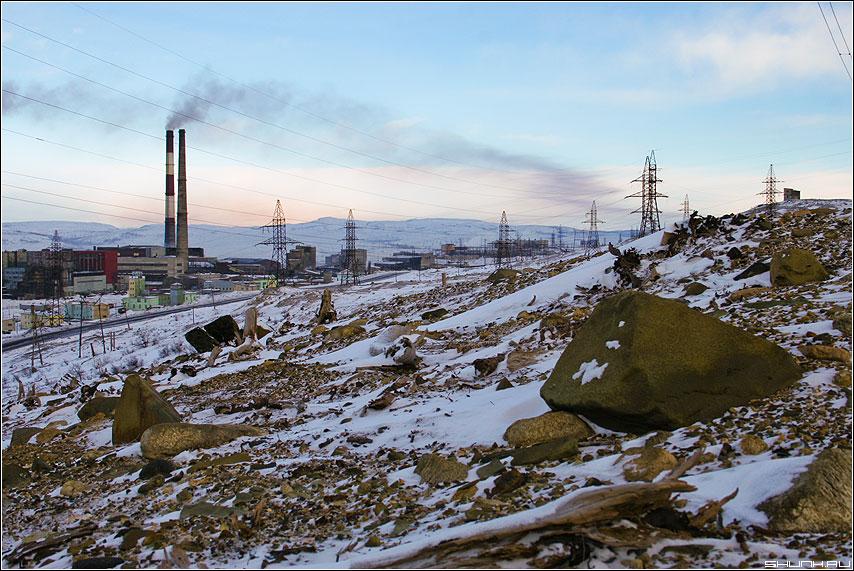Вид со склона на комбинат - никель зима камни комбинат снег фото фотосайт