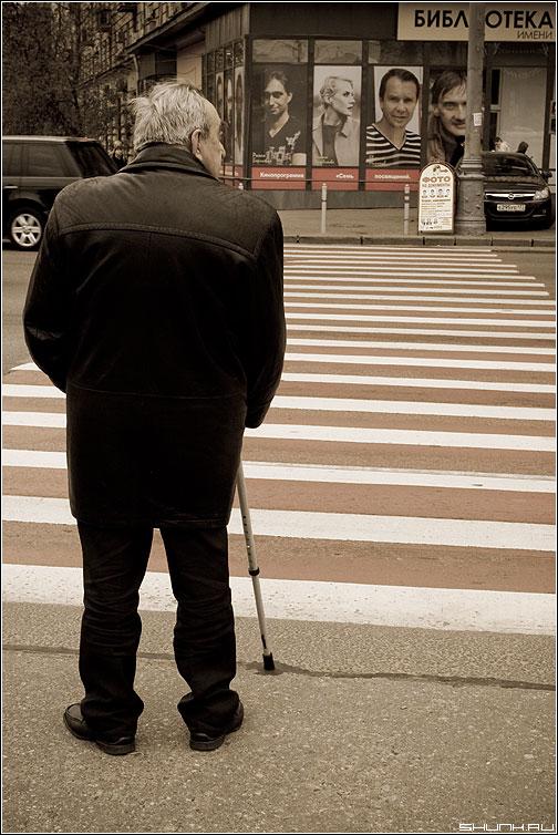 Про взгляды - старик переход полосы aged улица реклама взгляды фото фотосайт