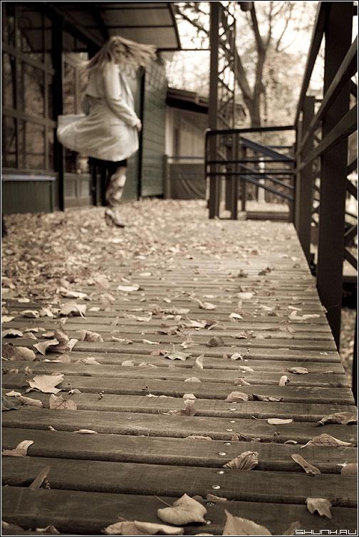 Осенний ветер - осень листва помосты девушка ветер кружение aged фото фотосайт