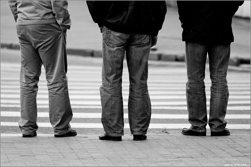 Три богатыря - переход ноги мужики чёрно-белая фото фотосайт