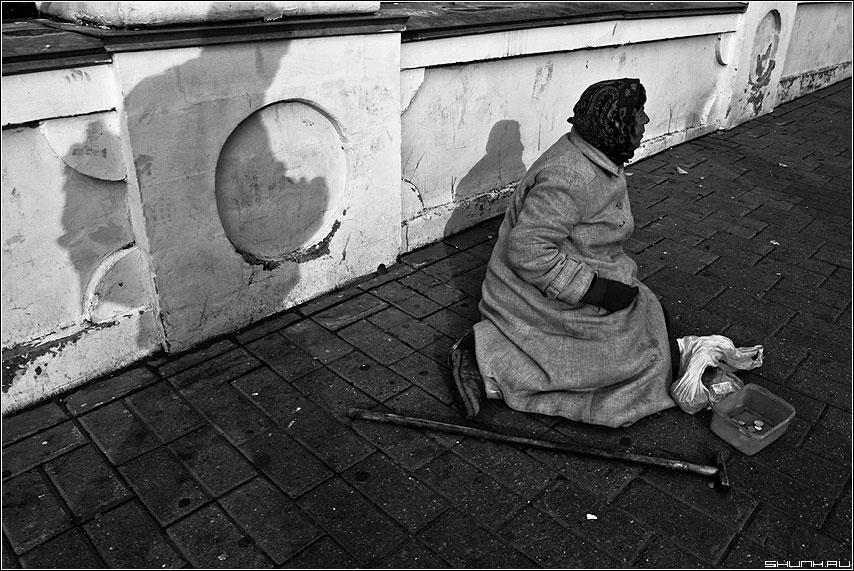 Прося... - бомж бабушка чёрнобелая улица стена брусщатка фото фотосайт