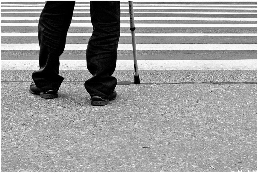 Перейти - переход ноги палочка задача чёрнобелая полоски фото фотосайт