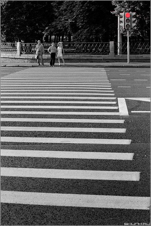 Красный - стой - светофор переход полоски konika пленка люди фото фотосайт