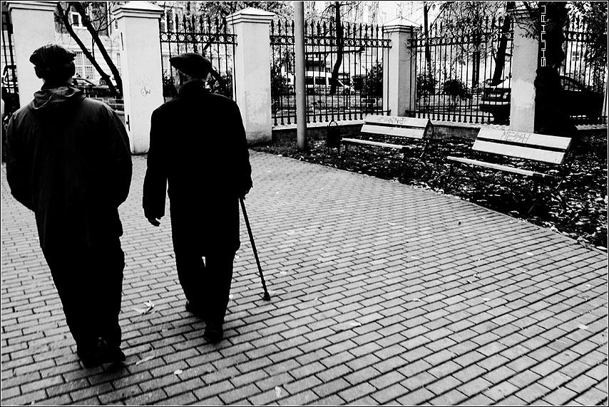 Проходя по жизни - старики сквер лавочки чёрнобелые фото фотосайт