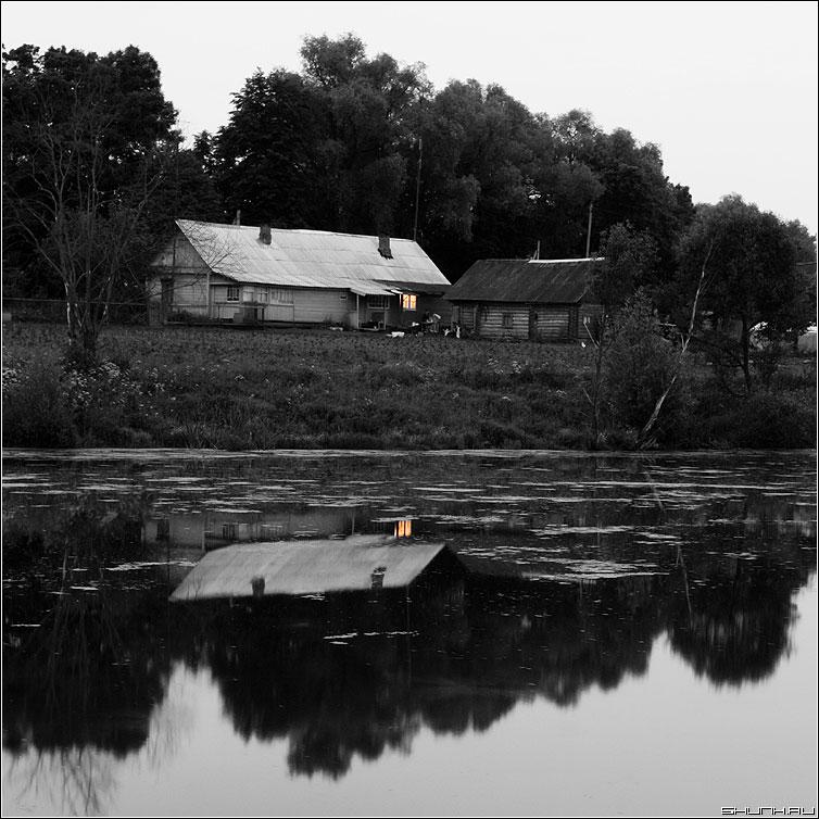 На огонек... - дом отражение окно деревня квадрат фото фотосайт