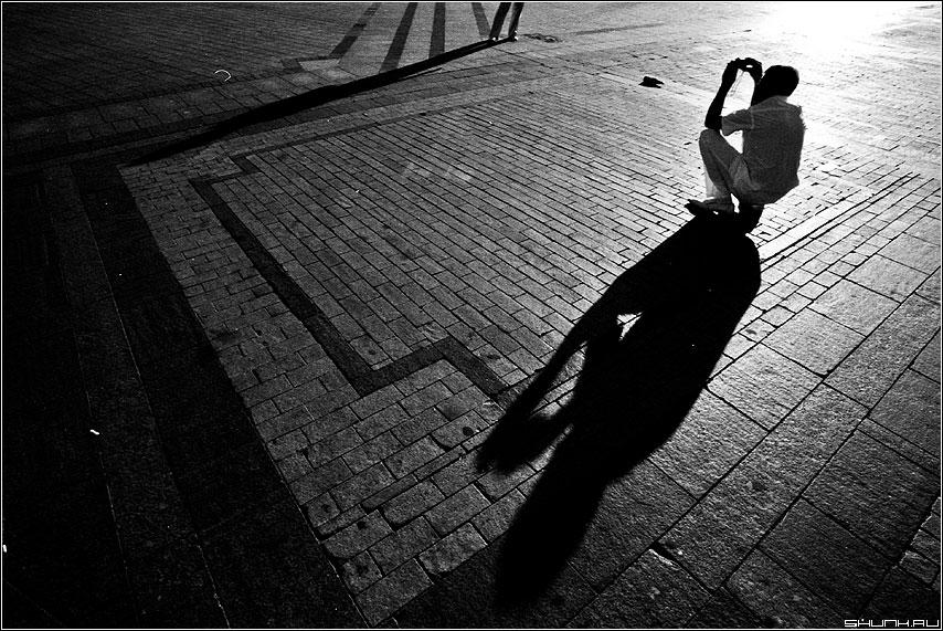 Фотография - человек площадь брусщатка тени пленка чёрнобелая фото фотосайт