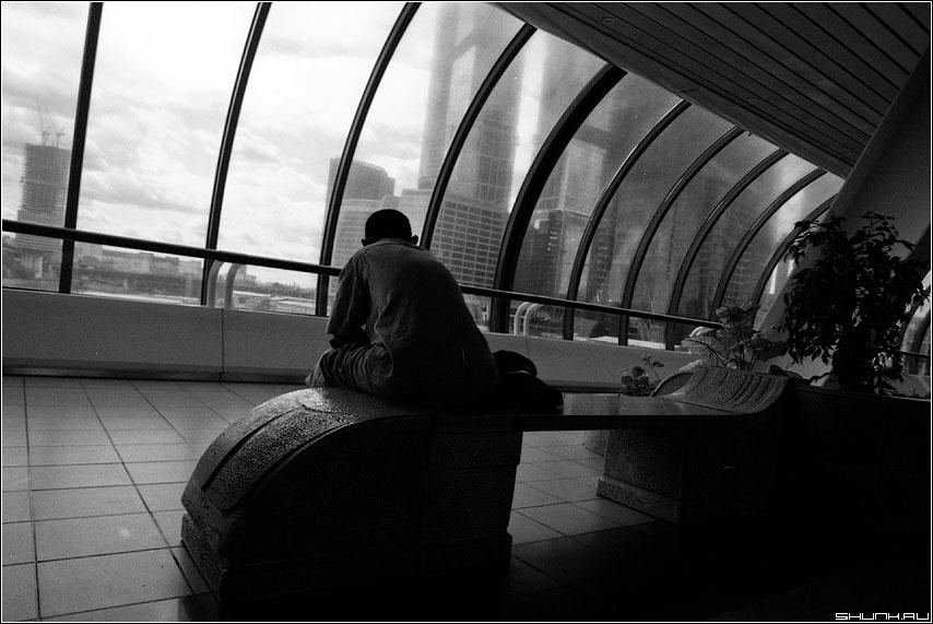 Про мечты.. - город сити чёрнобелое пленка человек мечты спина силует фото фотосайт