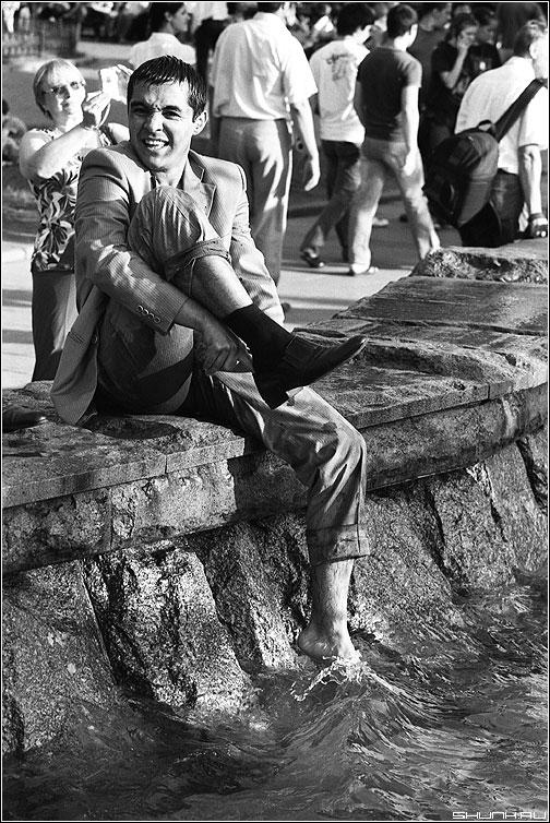 Водные процедуры - пленка мужчина фонтан ноги носок вода процедуры чёрнобелая fuji фото фотосайт