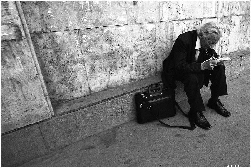Мысли - мужчина старик присел улица бордюр чёрнобелое пленка портфель фото фотосайт