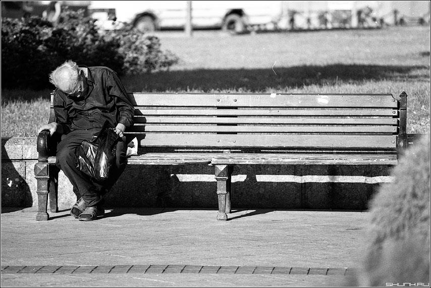 Одинокий сон - сон бомж лавочка сад манежко пленка konika чёрнобелая фото фотосайт