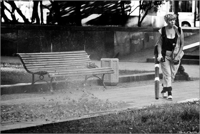 Современный дворник - пленка konika чёрнобелая пылесос пыледув дворник грудь улица лавочка центр москва фото фотосайт
