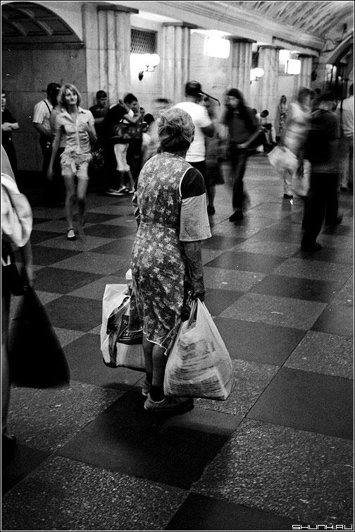 Замешательство - бабушка метро пакеты сумки замешательство люди konika чёрнобелое фото фотосайт
