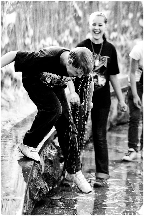 Забавы - чёрнобелая ребята дети фонтан вода брызки манежка манежная купание лето жара пленка konika фото фотосайт