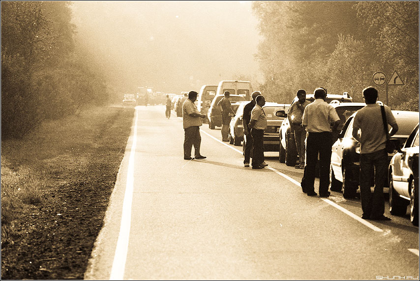 Стоп, засада, так шутить не надо... - гарик кричевский автомобили дорога пленка чёрнобелая автолюбители авария фото фотосайт