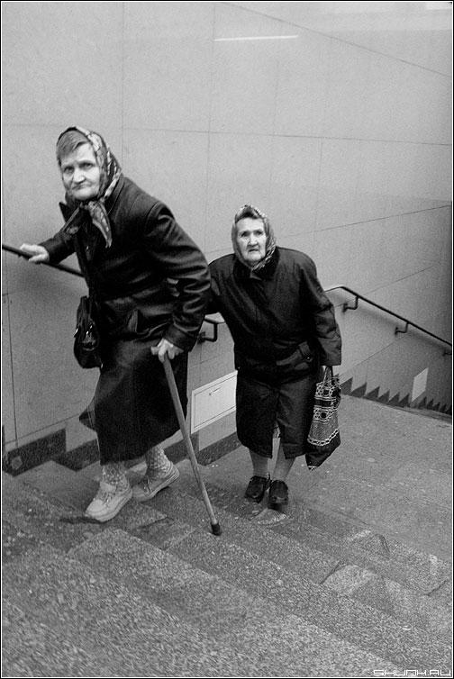 Бабушки старушки - бабушки лестница переход чёрнобелое фото фотосайт