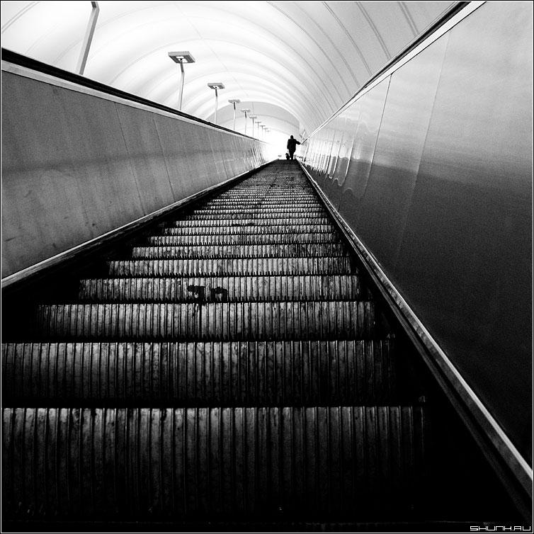 Лестница кудесница - метро эскалатор квадрат чёрнобелое человек есть выход фото фотосайт