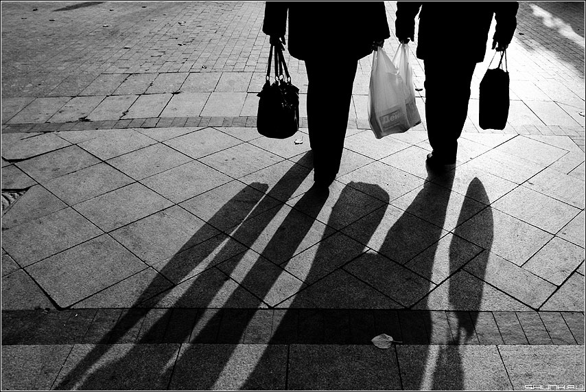 Пакеты - улица люди тени чёрнобелые сумки пакеты он она фото фотосайт