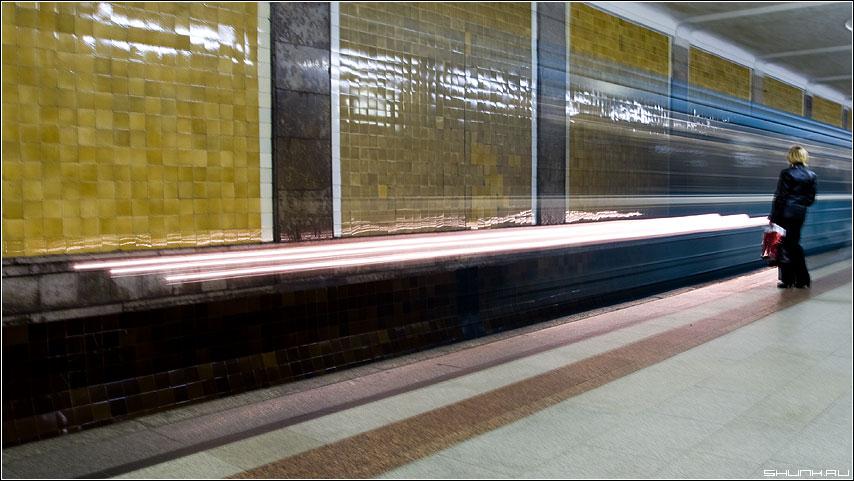 Движение метро - пауза движение метро вагон огни человек женщина фото фотосайт